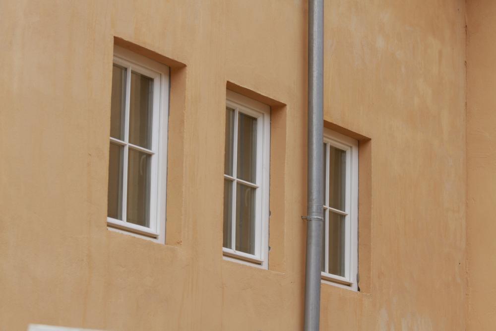 einfl gelige holzfenster mit sprossen. Black Bedroom Furniture Sets. Home Design Ideas